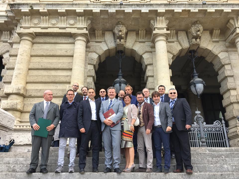 In foto la delegazione che la mattina del 30  settembre ha depositato alla Corte di CAssazione i quesiti referendari.